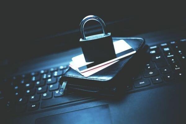 Schloss Sicherheit auf Kreditkarten und Laptop