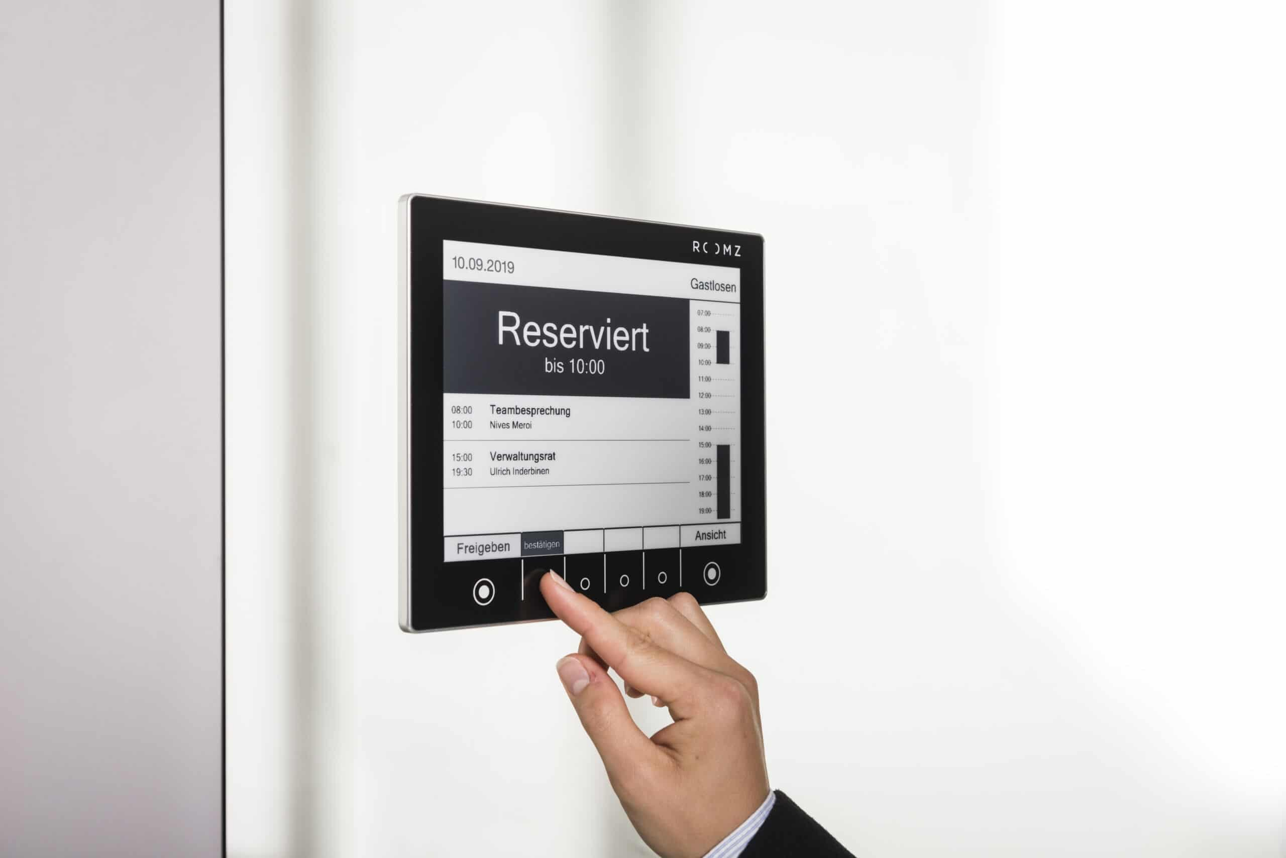 On a ROOMZ display, a booking is made with the touch function.