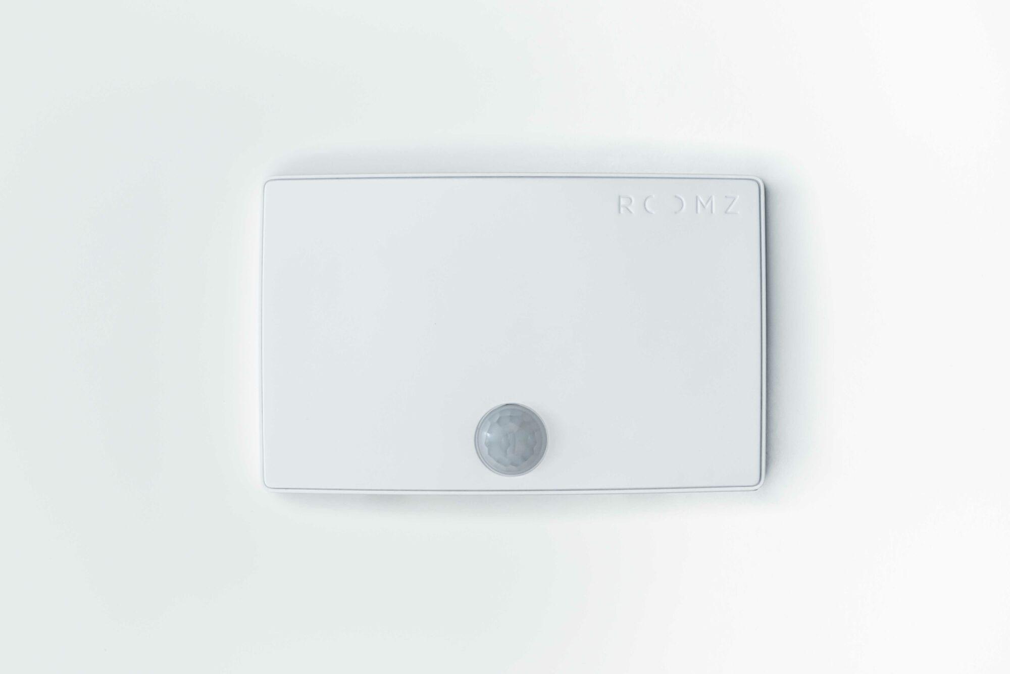 Ein ROOMZ Sensor in weiss und schlichtem Design.